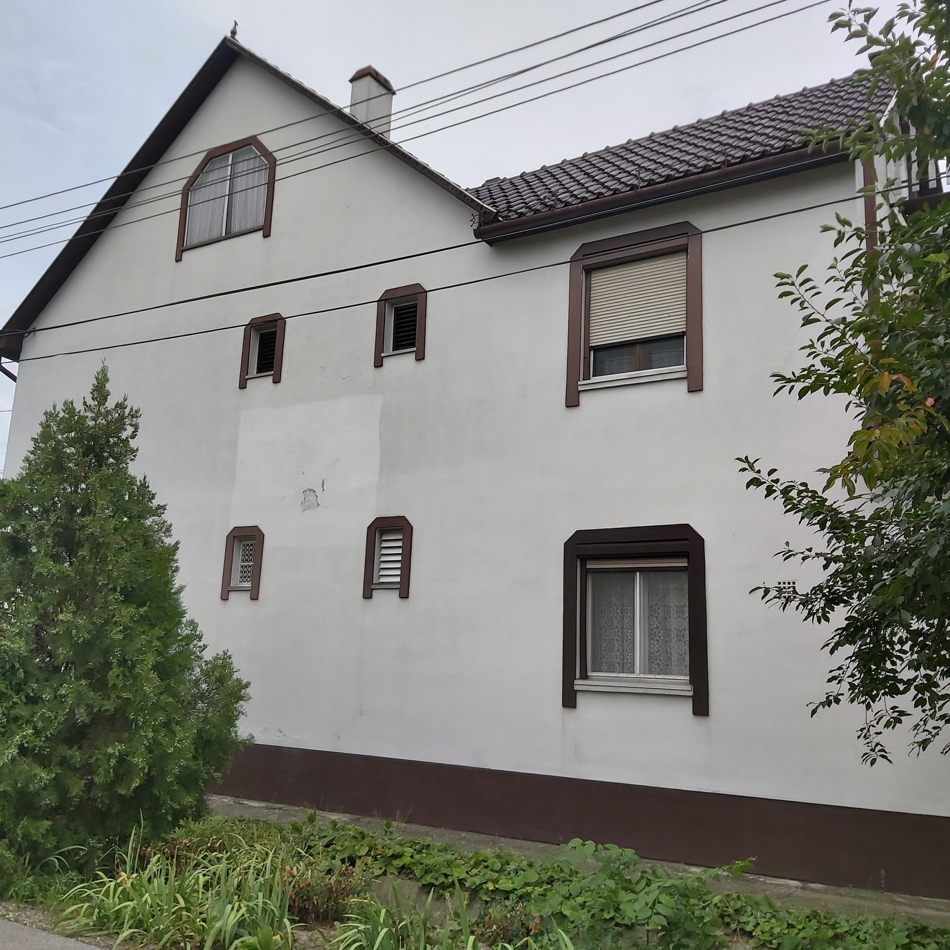 Makó Tatár utcán 2 önálló lakrészes, emeletes családiház eladó.